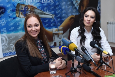 Miss Armenia 2001 Irina Tovmasyan and Vice-Miss Europe Anna Demrikhanyan are guests in Henaran press club - Photolure News Agency