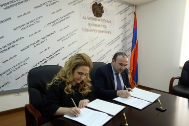 RA Minister of Education and Science Levon Mkrtchyan and director of the Junior Achievement of Armenia Armine Hovhannisyan signed a memorandum of understanding at the RA Ministry of Education and Science - Photolure News Agency
