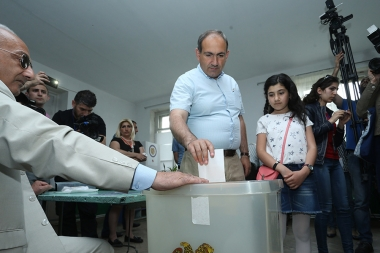 Leader of 'Elq' Alliance candidate for Mayor of Yerevan Nikol Pashinyan votes during the local city council elections in Yerevan, Armenia - Photolure News Agency