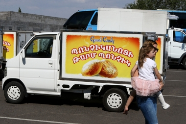 State Service for Food Safety of the RA Ministry of Agriculture provided the first sanitary passports to large cargo carriers-food transporters near the intersection of Tsitsernakaberd - Photolure News Agency