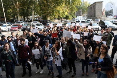 A protest action against the changing the order of providing academic extension with new legislative regulations on military service took place in front of the RA Ministry of Education and Science - Photolure News Agency