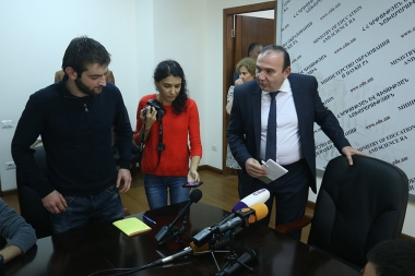 RA Minister of Education and Science Levon Mkrtchyan met the protesting students of the institutions of higher education against the law on conscription at the RA Ministry of Education and Science - Photolure News Agency