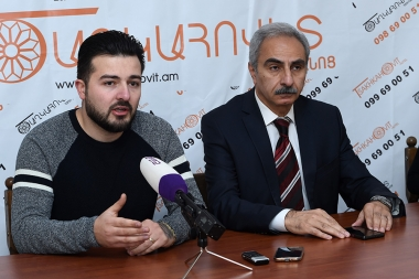 'Driver's Freind' ICC co-founder Davit Pedanyan and head of 'Consumer Advice Center' NGO Karen Chilingaryan are guests in Zarkerak press club - Photolure News Agency