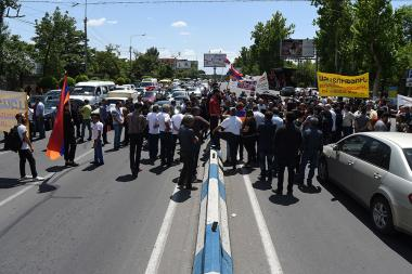 People have blocked the Arshakunyats street during the hearings of 'Sasna Tsrer' group's case demanding their release - Photolure News Agency