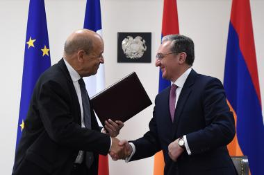 RA Minister of Foreign Affairs Zohrab Mnatsakanyan and Minister for Europe and Foreign Affairs of France Jean-Yves Le Drian sign documents - Photolure News Agency