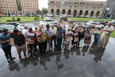 Supporters of Zaruhi Postanjyan hold a protest action during the City Council session in front of the Yerevan Municipality - Photolure News Agency