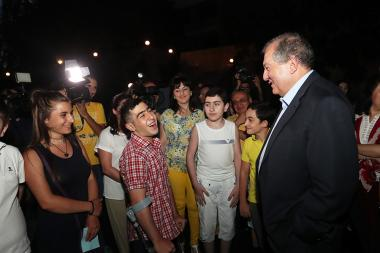 RA President Armen Sarkissian stargazing with children at the RA Presidential Palace - Photolure News Agency