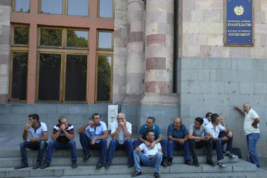 Workers of 'Amulsar' gold mine hold a protest action in front of the RA Government's building - Photolure News Agency