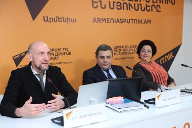 Executive Director of the Association of Computer and Information Technology Enterprises Nikolay Komlev and member of the 'Armenia's Jurisdiction' foundation Artyom Konstandyan gave a press conference at the Sputnik Armenia press center - Photolure News Agency