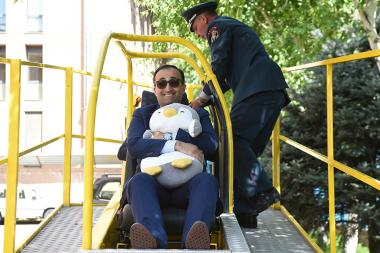 Presentation of a seat belt using a simulator took place within the framework of the UN Global Road Safety Week in Yerevan, Armenia - Photolure News Agency