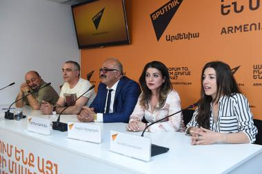 Chairman of Development and Preservation of Armenian Culinary Traditions NGO Sedrak Mamulyan and President of the Association of Chefs of Buryatia Yervand Kalachyan gave a press conference at Sputnik Armenia press center - Photolure News Agency