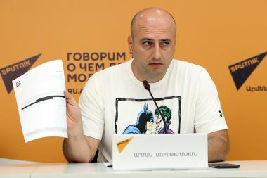 Famous journalist and blogger Arman Suleymanyan gave a press conference at the Sputnik Armenia press center - Photolure News Agency
