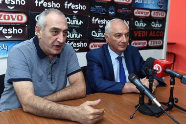 Information security expert, blogger Tigran Kocharyan and leader of the Democratic Party of Armenia Aram Sargsyan are guests in Hayeli press club - Photolure News Agency