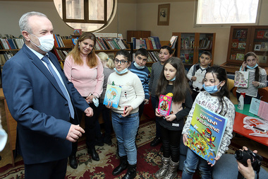 RA Minister of Education, Science, Culture and Sports Vahram Dumanyan paid a visit to Khnko Aper National Children's Library of Yerevan on the occasion of Book Donation Day - Photolure News Agency