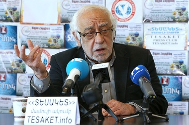 Editor of 'Azg' newspaper Hakob Avetikyan gives a press conference in Tesaket press club - Photolure News Agency