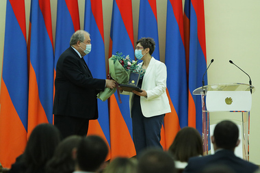 RA President Armen Sarkissian awarded the representatives of the healthcare sphere on the occasion of the First Republic Day at the RA Presidential Palace - Photolure News Agency