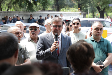 Arman Babajanyan and his supporters hold a protest action in front of the RA Constitutional Court - Photolure News Agency