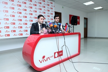 Director of Mediamax Ara Tadevosyan and General Manager of VivaCell-MTS Ralph Yirikian present a joint project at the head office of VivaCell-MTS - Photolure News Agency