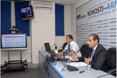 Head of the Economy and Values Research Center Manuk Hergnyan and member of the center's council Sevak Hovhannisyan hold a press conference in Novosti press club - Photolure News Agency